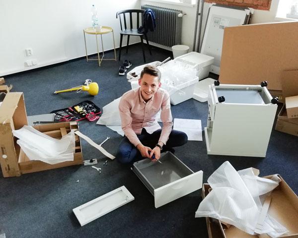 Vašek montuje náš první nábytek